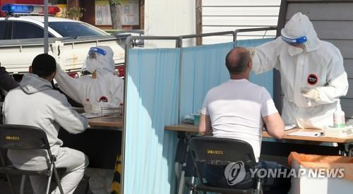 Foreign migrant workers take coronavirus tests in a temporary testing station in Gangneung on the South Korean east coast on May 3, 2021. (Yonhap)