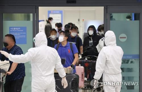South Koreans from COVID-19-hit India arrive at Incheon International Airport on May 7, 2021. (Yonhap)