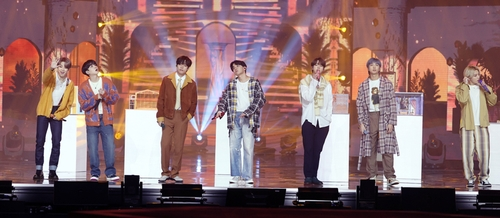 Le groupe de K-pop Bangtan Boys (BTS) se produit sur scène le dimanche 10 janvier 2021 à la 35e édition des Golden Disk Awards. (Photo fournie par le secrétariat des Golden Disk Awards. Revente et archivage interdits)