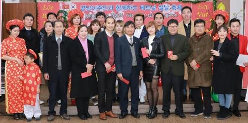 이주민센터서 명절 행사 치르는 서나래(오른쪽 두 번째)씨