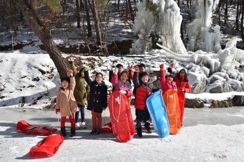 마을을 찾은 어린이들이 썰매 체험을 하고 있다.(잘산대 대박마을 제공)