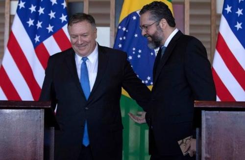 마이크 폼페이오 미국 국무장관(왼쪽)과 에르네스투 아라우주 브라질 외교장관 [브라질 일간 폴랴 지 상파울루]