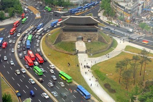 (서울=연합뉴스) 주변 광장이 일반에 개방된 뒤 주변 횡단보도 등이 조성된 2005년 5월 숭례문.