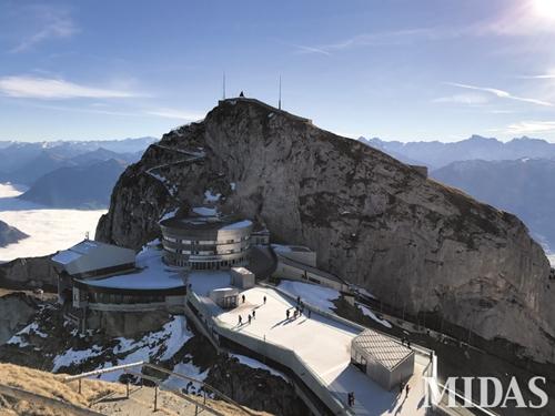 스위스 관광의 백미로 꼽히는 해발 2천132m의 필라투스 산. 경사가 45。를 넘어 톱니바퀴가 달린 산악열차를 타고 올라간다.