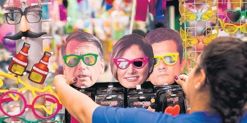 브라질 카니발 축제를 앞두고 보우소나루 대통령 부부와 모루 법무장관의 가면이 인기를 끌고 있다. [브라질 일간 에스타두 지 상파울루]
