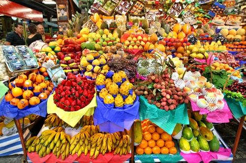 각기 다른 색깔로 장식된 과일가게 [사진/조보희 기자]