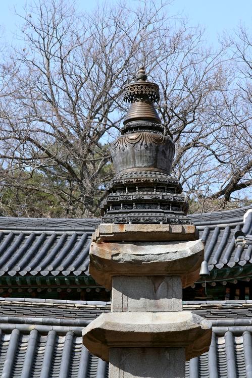 티베트 불교의 영향을 받은 것으로 보이는 금동보탑 [사진/전수영 기자]