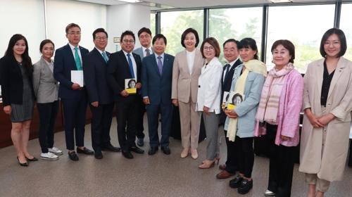 박영선 장관(사진 가운데)과 기념 촬영을 하는 한인회 임원들