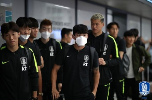 한국시간 3일 새벽 터키 이스탄불 국제공항에 도착한 한국 축구대표팀 선수들.