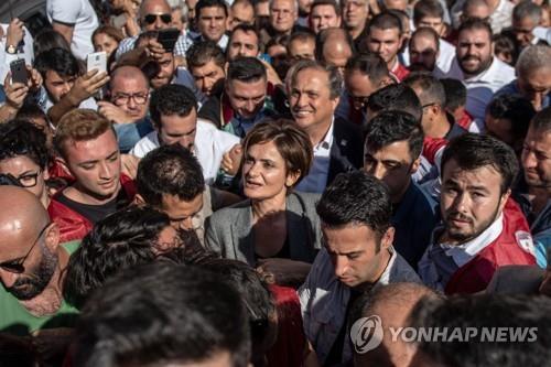 카프탄즈오을루에게 실형을 선고한 법원 비판 집회에 모인 야권 지지자들