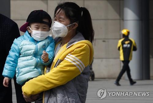 극식한 대기오염 물질을 차단하기 위해 마스크를 쓴 베이징 시내의 모자