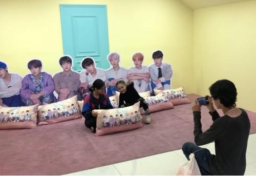 방탄소년단 멤버들과 다락방에서 기념사진