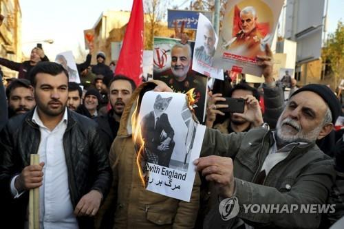 12일 주테헤란 영국대사관 앞에서 시위하는 보수 성향의 테헤란 시민들