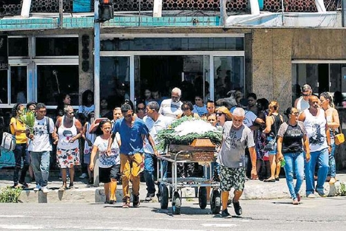 브라질 리우 시내 상 곤살루 지역에서 경찰이 강도를 쫓으며 쏜 총에 맞아 사망한 60대 여성의 장례식이 열리고 있다. [브라질 일간 에스타두 지 상파울루]