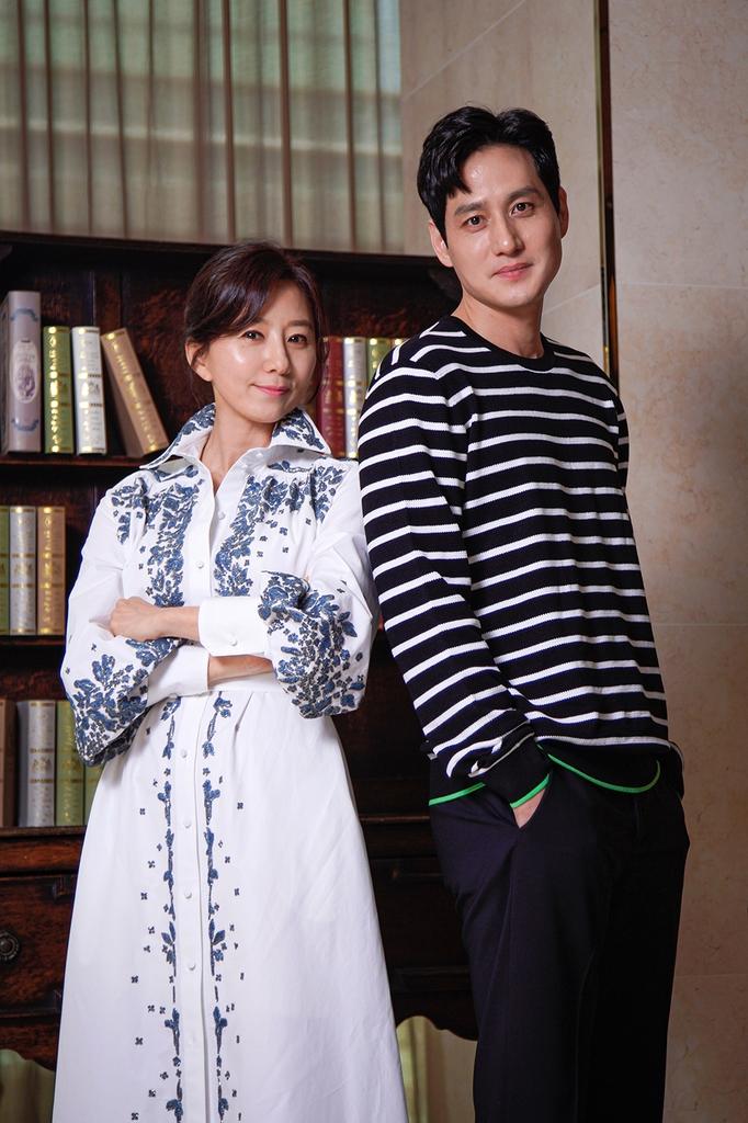김희애(왼쪽)와 박해준