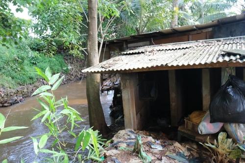 상류 지역 폭우로 개천물이 불어나면 잠기는 판자촌