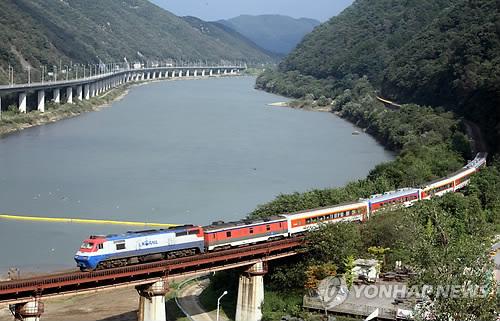 북한강을 끼고 달리는 옛 경춘선 기차 강촌역 일대