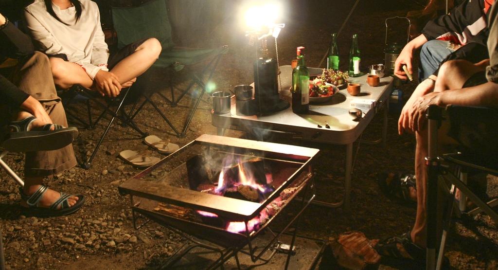 여러 가족이 함께 식사와 술자리를 함께 하는 캠핑은 코로나19 시대에는 맞지 않는다는 것이 전문가들의 지적이다. [사진/성연재 기자]