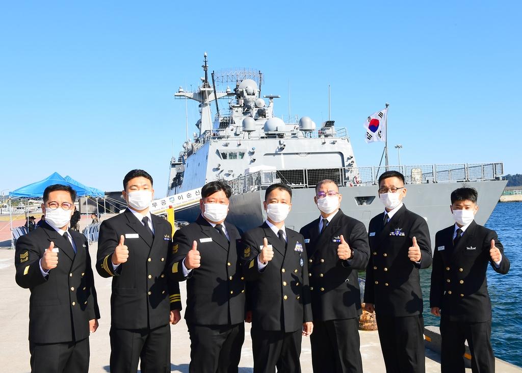 정용호 원사(가운데)와 함께 방범 활동에 참여 중인 해군들.