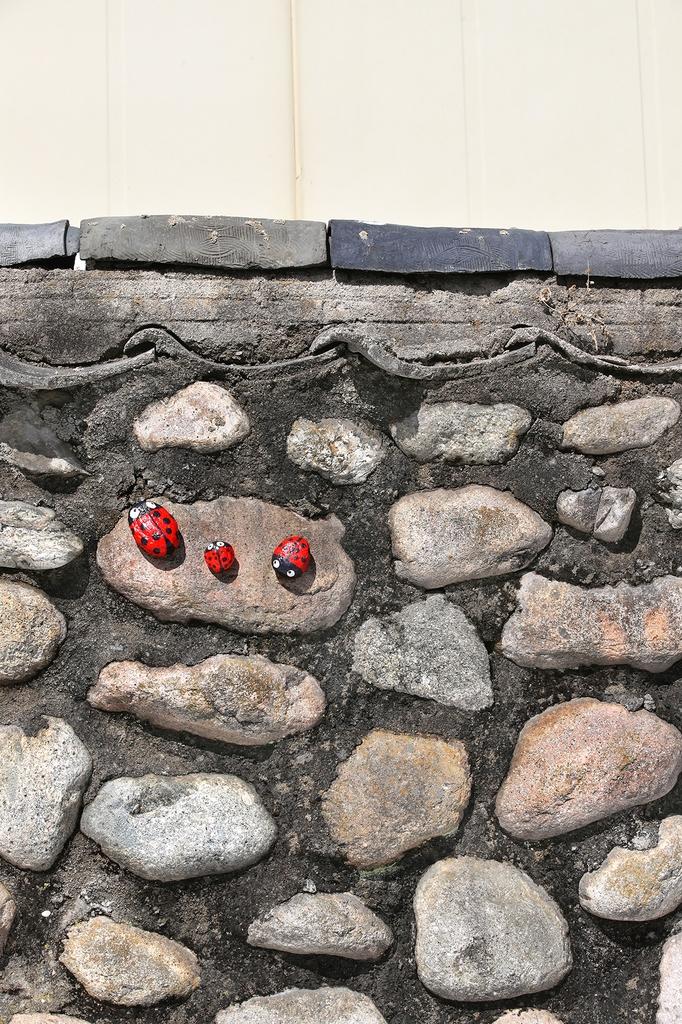 마을길을 걷다 보면 돌담을 장식한 아기자기한 조형물들에 발걸음을 자꾸 멈추게 된다. [사진/전수영 기자]