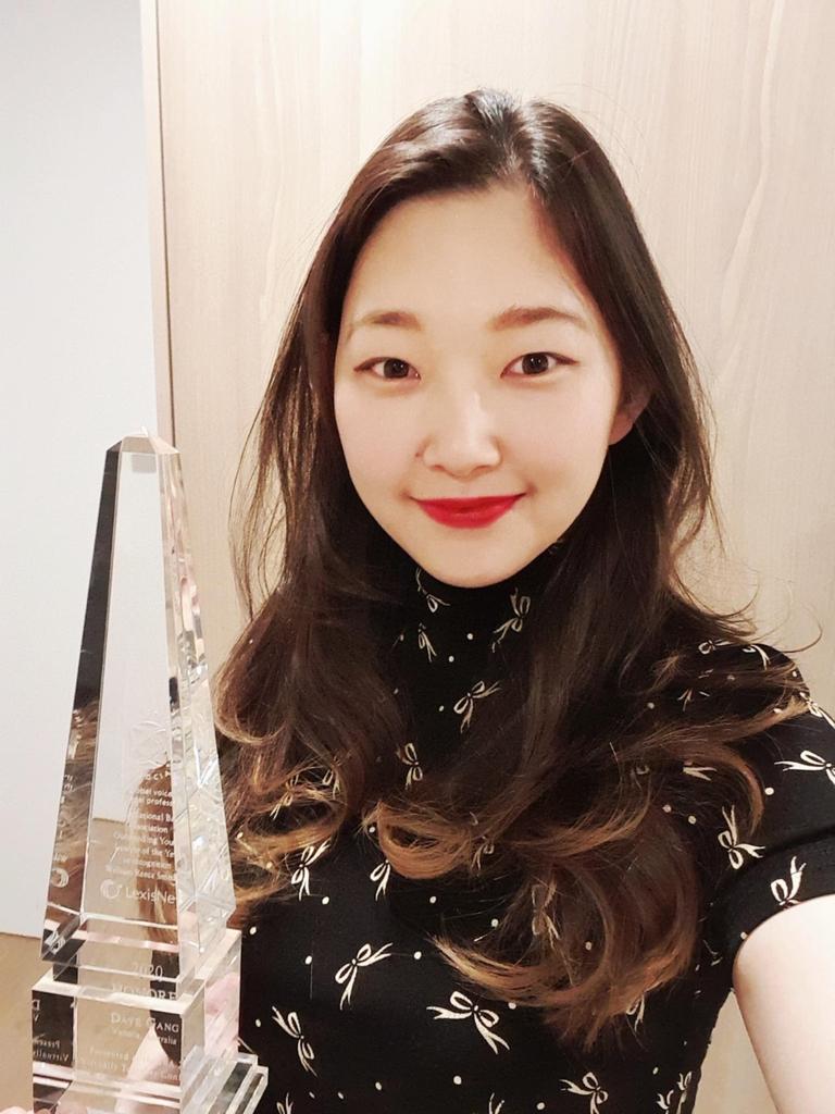 '2020 올해의 젊은 변호사상' 트로피를 들고 포즈를 취한 호주동포 강다예 변호사