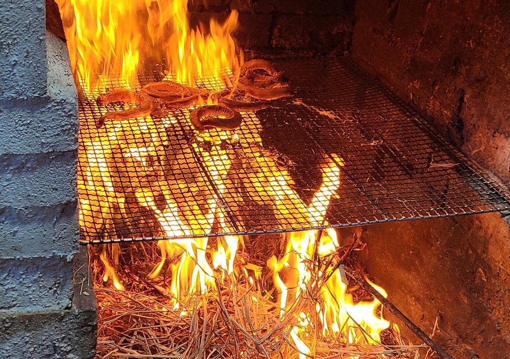 짚으로 불을 피워 굽는 곰장어 짚불구이