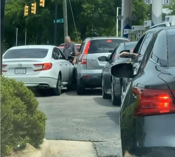 지난 12일(현지시간) 미국 노스캐롤라이나주의 한 주유소 앞에 줄지어 선 차량들. 한 차량이 끼어들다 접촉사고가 발생했다.[@shaaddeez 인스타그램 캡처. 재판매 및 DB 금지.]