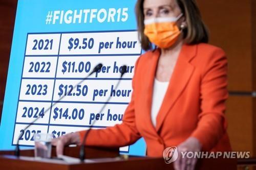 시간당 최저임금 15달러 인상안에 대해 설명하는 낸시 팰로시 하원의장 [로이터=연합뉴스 자료사진]