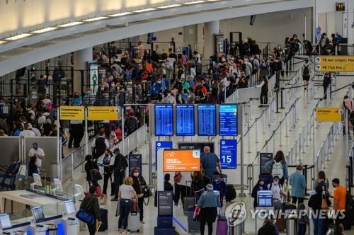 뉴욕 JFK 공항에서 탑승 수속을 기다리는 여행객들