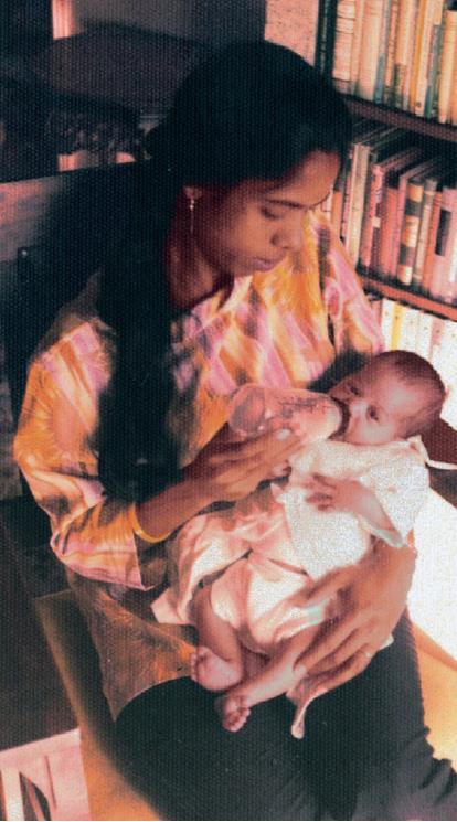 갓난아이 때 엄마 품에서 우유를 먹고 있는 카멀라 해리스