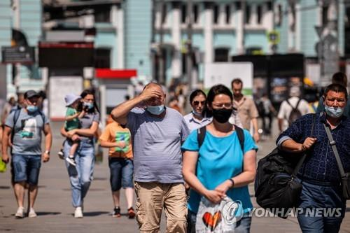 마스크를 착용한 모스크바 시민들의 모습.