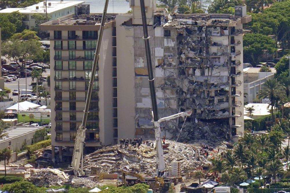 수색작업 계속되는 플로리다 아파트 붕괴참사 현장
