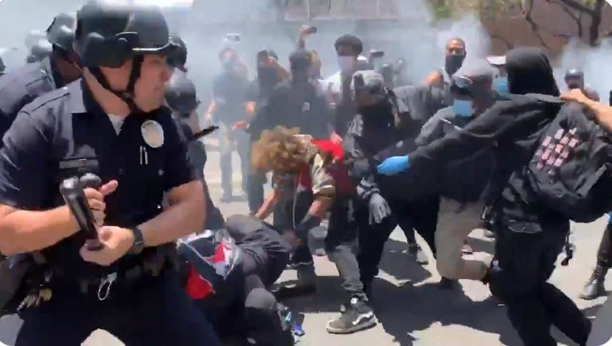 성 소수자 권리 찬반 집회 이후 경찰의 해산에 항의하는 시위대