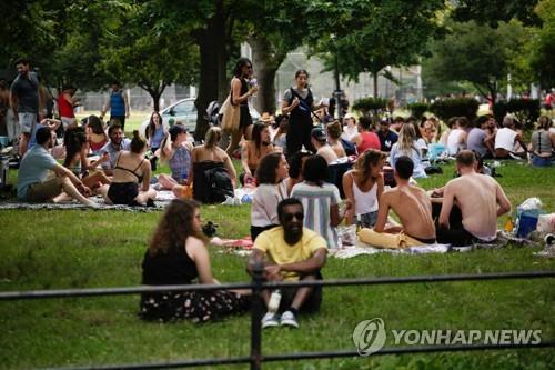 미국의 독립기념일인 4일(현지시간) 미국 뉴욕의 한 공원에 사람들이 나와 여유를 즐기고 있다. [AFP=연합뉴스]