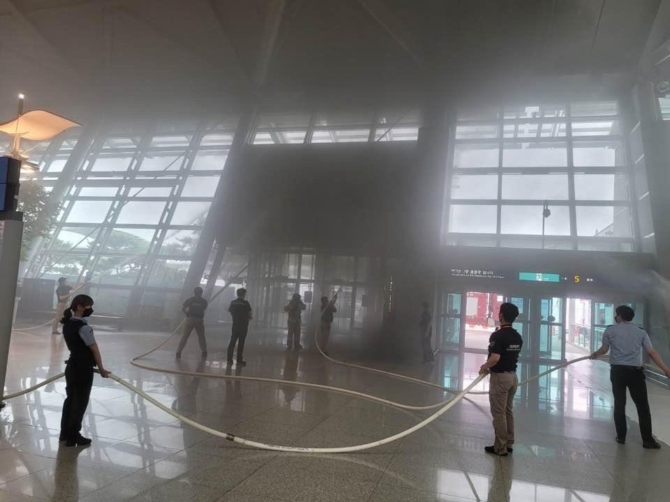 연기 자욱한 인천공항 제1여객터미널