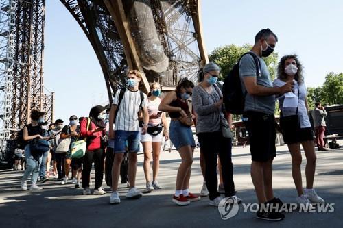 지난해 6월 에펠탑 재개장 시 입장을 기다리는 방문객들