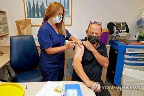 세계 최초로 화이자의 코로나19 백신 3차 접종(부스터 샷)이 진행된 이스라엘에서 처음으로 부스터 샷을 맞은 심장이식 환자.[AFP=연합뉴스 자료사진]