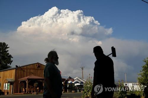 미국 오리건주 '부트레그' 산불로 만들어진 연기 구름