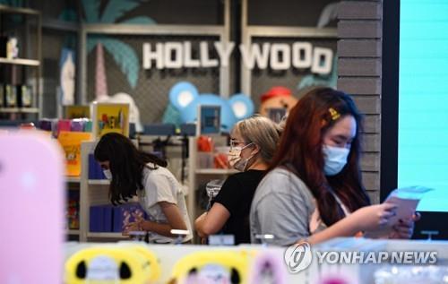 19일(현지시간) 마스크 착용이 다시 의무화된 미 LA카운티의 할리우드에서 사람들이 마스크를 쓴 채 상점에서 쇼핑을 하고 있다. [AFP=연합뉴스]