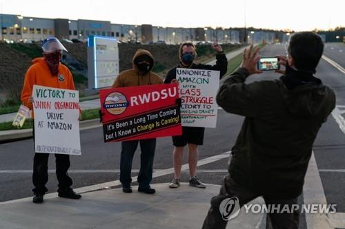 아마존 창고직원의 노조 가입 지지자