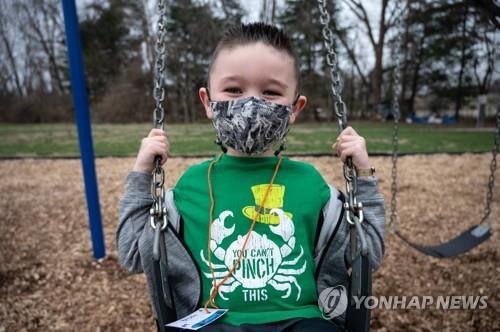 미국 켄터키주 한 초등학교의 놀이터에서 마스크를 착용한 채 놀이하는 학생 [AFP=연합뉴스]