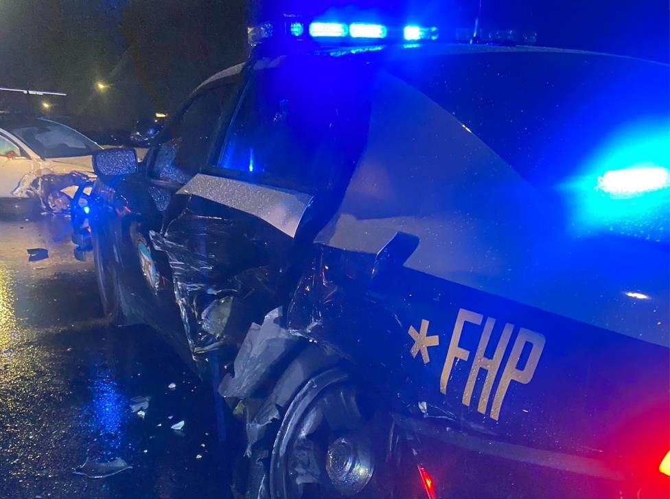 테슬라 전기차가 낸 사고로 파손된 미 경찰차