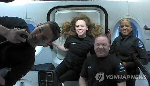스페이스X 우주 관광객, 무중력 여행 '찰칵'…15바퀴 지구 일주 | 연합뉴스