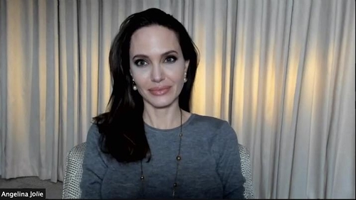"La foto, proporcionada por Warner Bros. Korea Co., Ltd., muestra a la estrella de Hollywood Angelina Jolie, durante una conferencia de prensa virtual, celebrada, el 4 de mayo de 2021, antes del estreno de la película ""Those Who Wish Me Dead"". (Prohibida su reventa y archivo)"