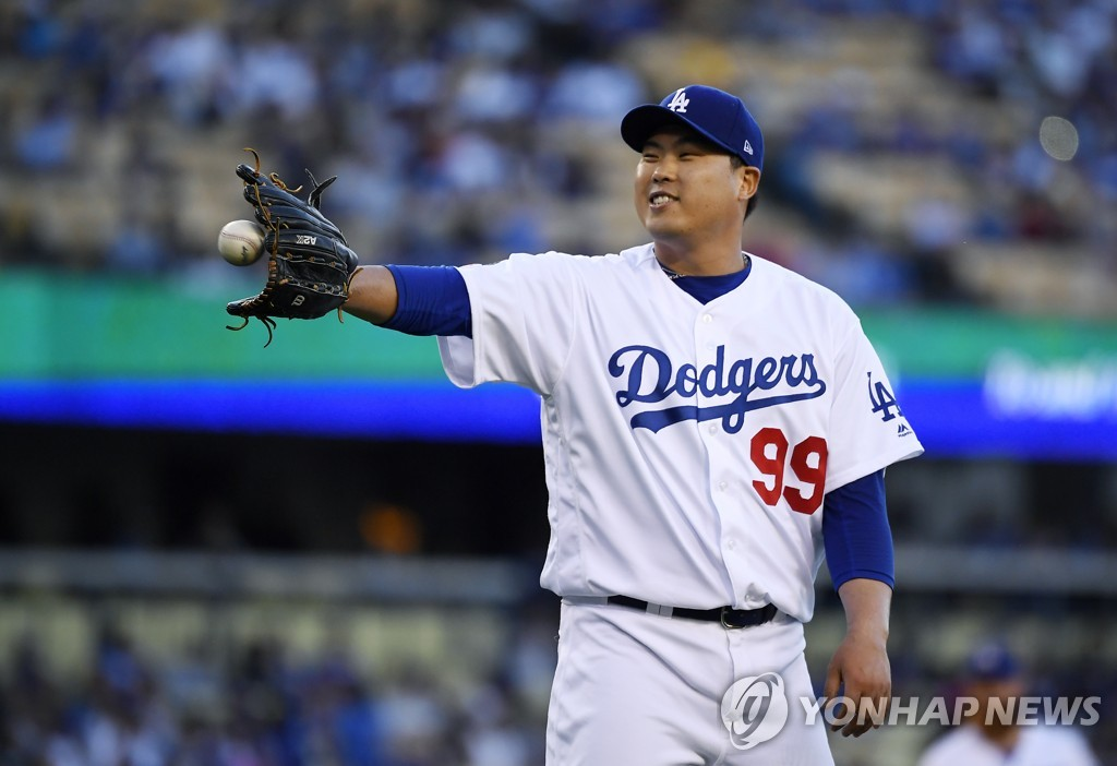 In this Associated Press photo, Ryu Hyun-jin of the Los Angeles Dodgers gets the ball back from catcher Russell Martin during the top of the first inning of a Major League Baseball regular season game against the Miami Marlins at Dodger Stadium in Los Angeles on July 19, 2019. (Yonhap)