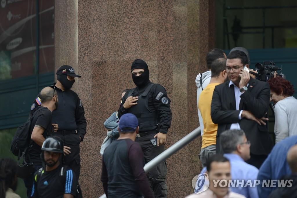 과이도 사무실 건물 밖에 지키고 있는 경찰