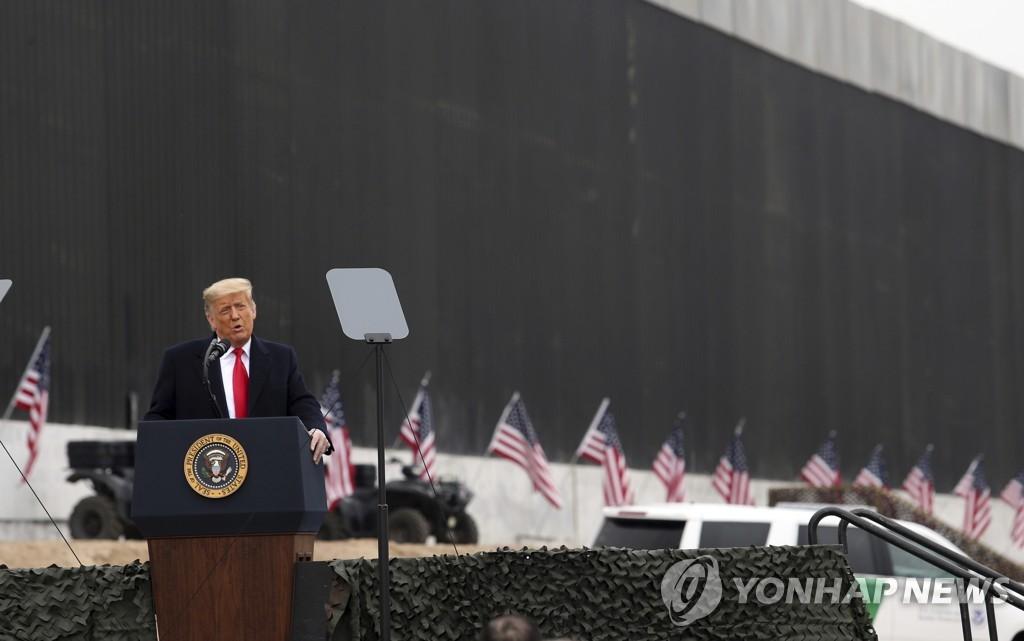 멕시코 국경장벽에서 연설하는 트럼프 미국 대통령[AP=연합뉴스 자료사진]