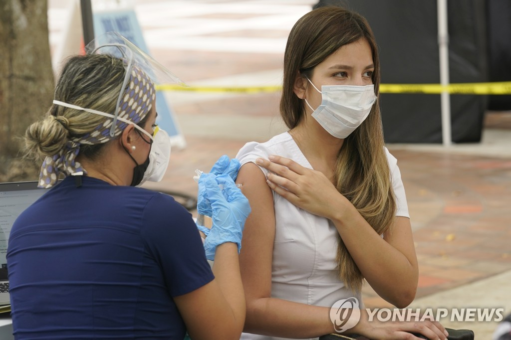미국 플로리다에서 코로나19 백신을 맞고 있는 여성[AP=연합뉴스 자료 사진]