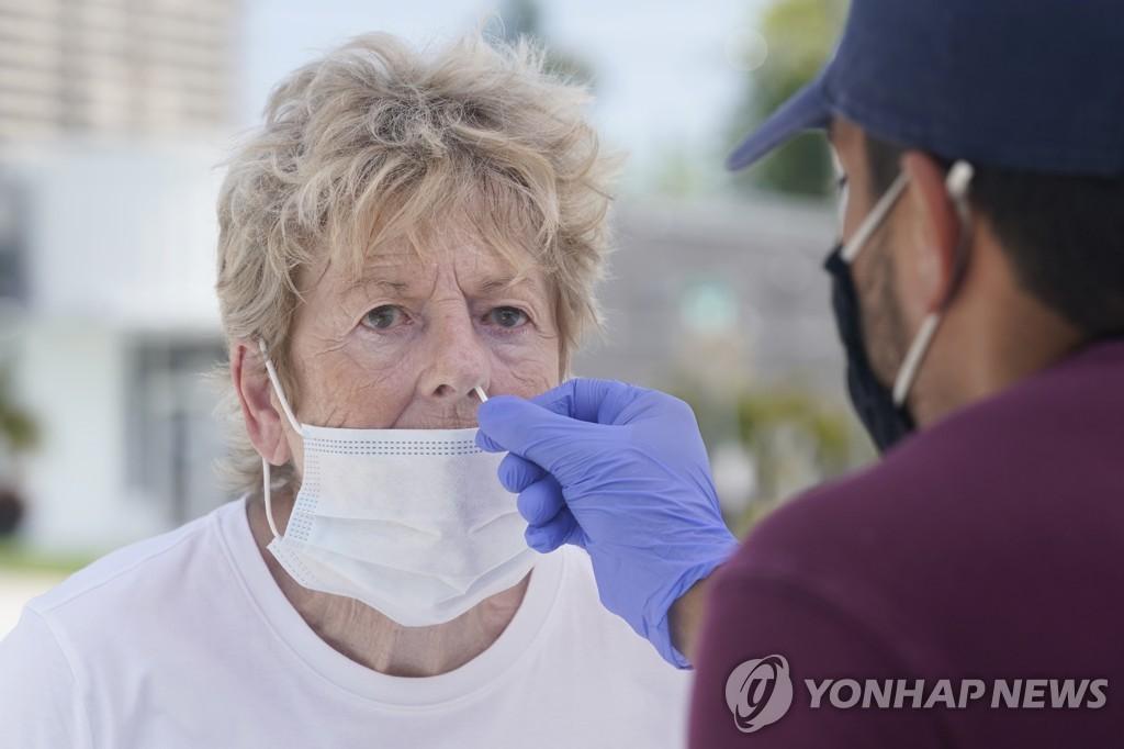 플로리다에서 코로나19 진단을 받고 있는 한 여성