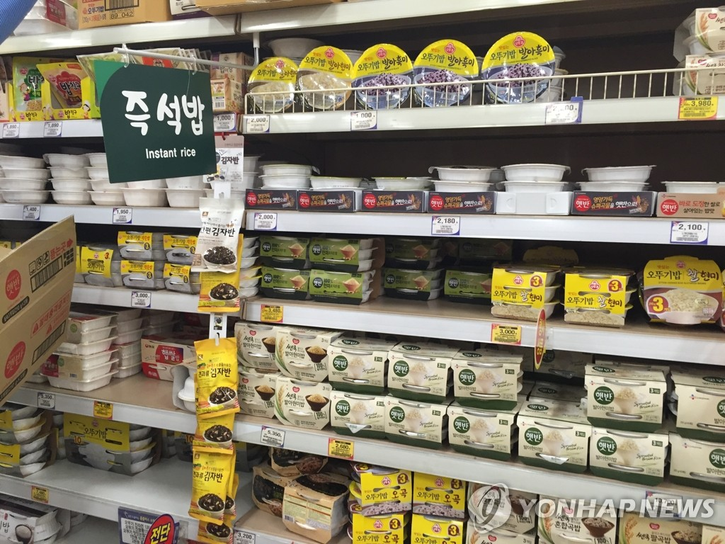 This undated file photo shows a variety of ready-to-eat steamed rice products displayed at a supermarket in Seoul. (Yonhap)